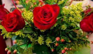 Доброе дело. В Челябинске флористы дарят пенсионерам цветы
