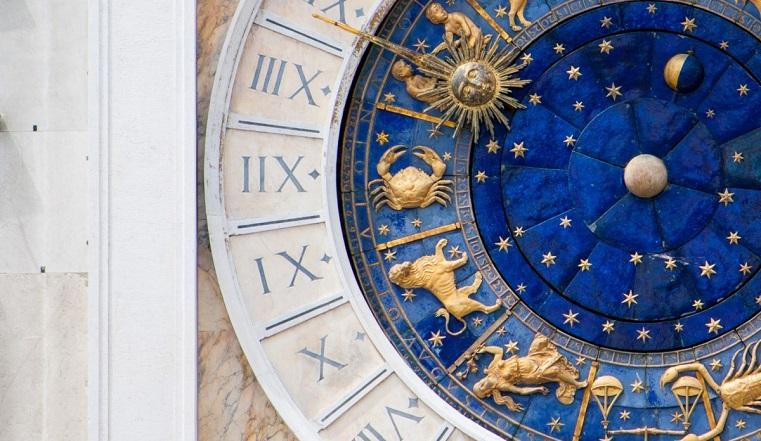 Гороскоп на 12 мая. Названы знаки Зодиака, которых ждет удача в финансах