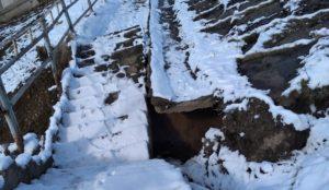 В шаге от несчастного случая. На Урале пешеходная лестница провалилась под землю