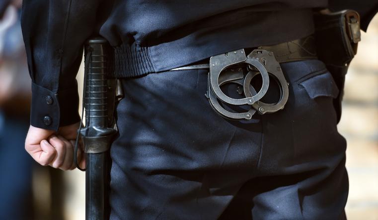 Изнасиловал дубинкой. В Челябинске полицейского подозревают в издевательстве над задержанным