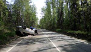 Родился в рубашке. В Челябинске водитель вылетел с дороги и перевернул автомобиль