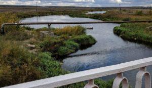 Неприродные чудеса. На Урале вода в реке стала серебряной, а берега цветными.