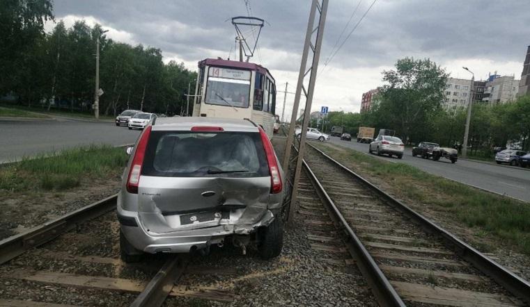 Вылетела на пути. Иномарка перекрыла движение трамваев в Челябинске