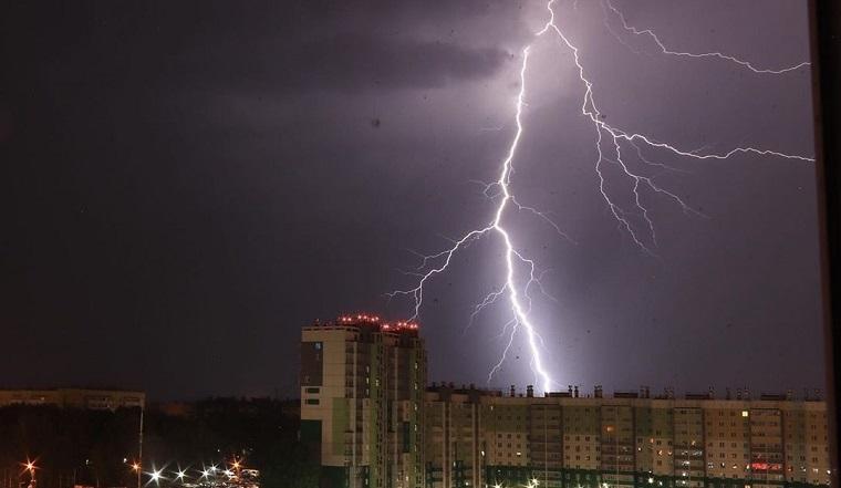 Страшно красиво. Майская жара в Челябинской области сменилась ночной грозой