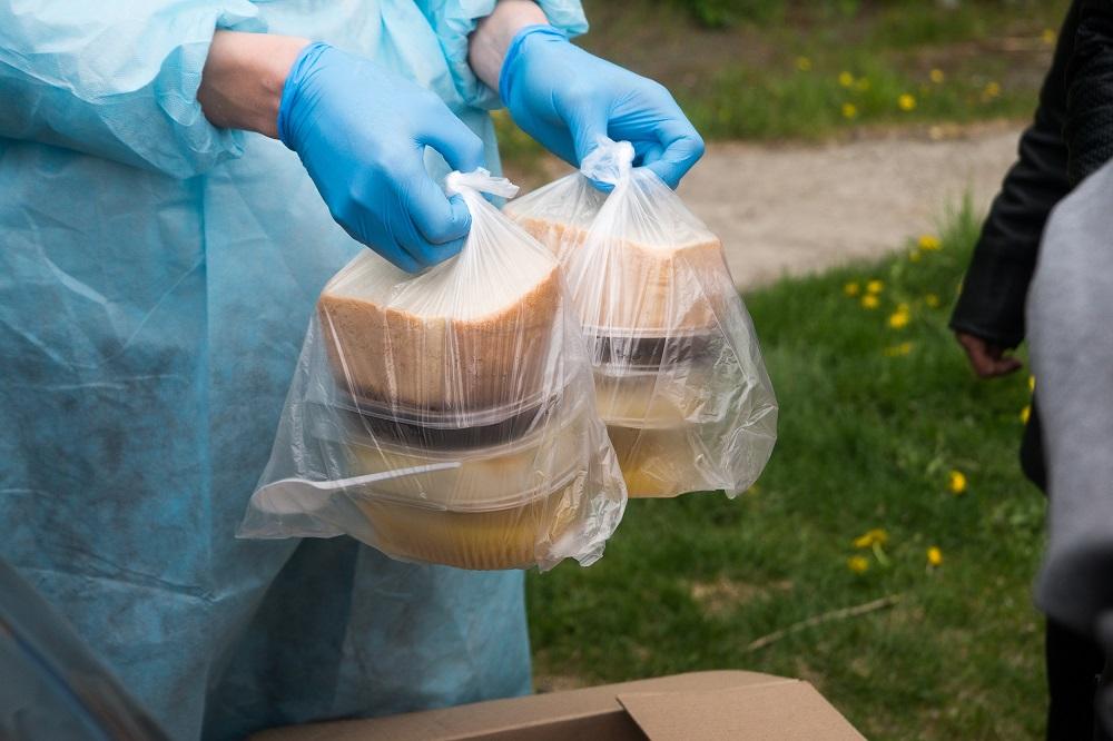 Помощь рядом. В Челябинске волонтеры раздают нуждающимся еду и маски