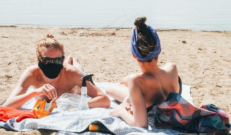 Без маски, но в одиночестве. Россиянам напомнили о необходимости держать дистанцию на пляже