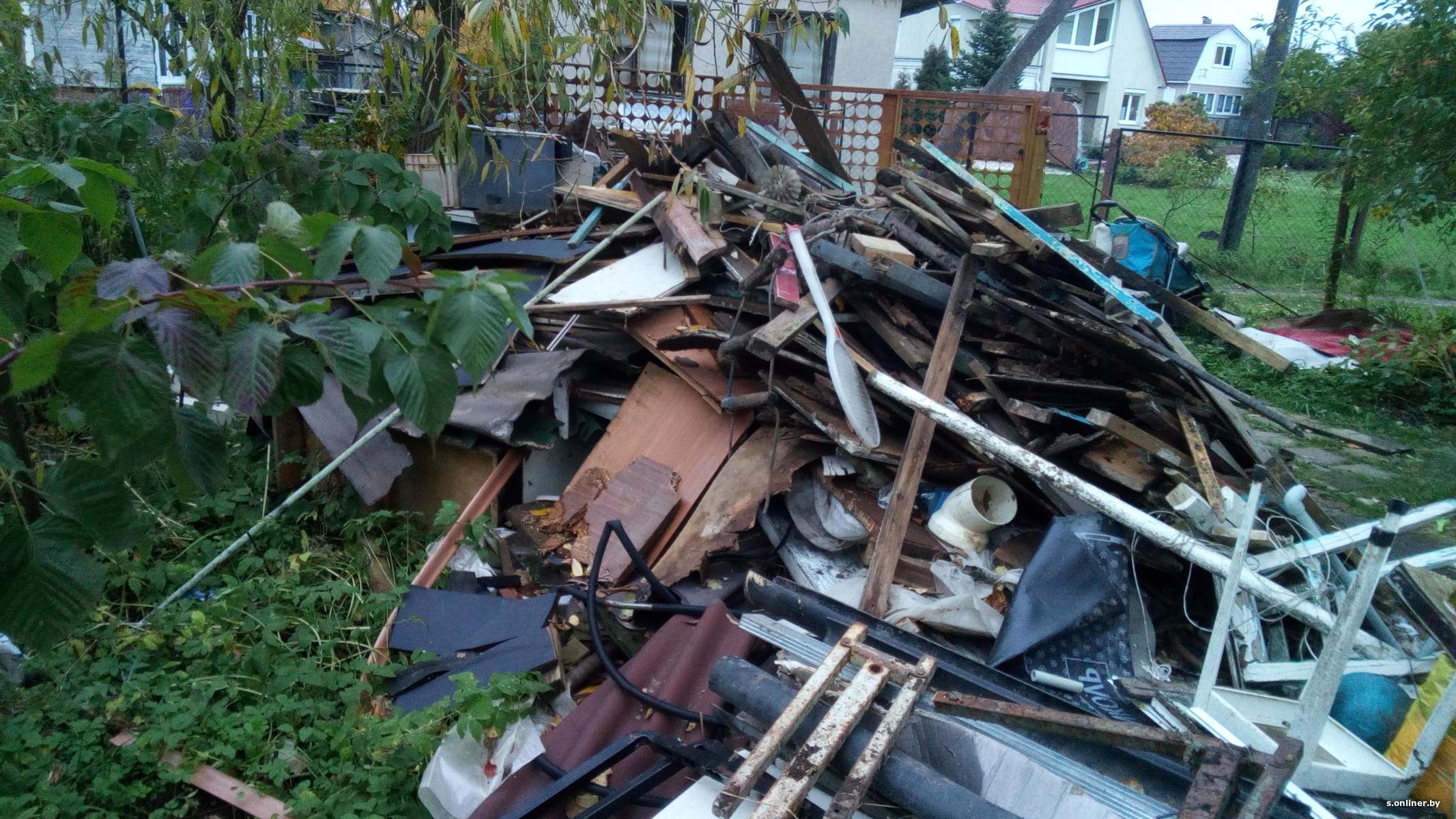 «Мухи залипили все окна». У жилых домов на Урале скопились горы бытовых отходов