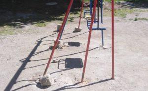 Горка без лестницы. В городе на Урале мигрируют опасные детские площадки