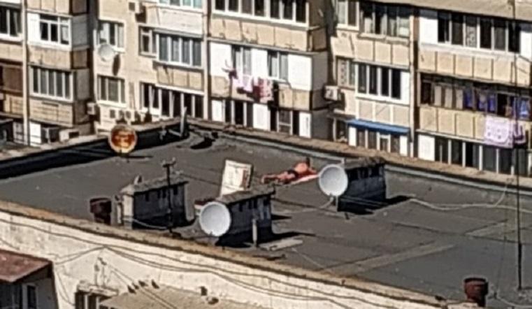 Плевать хотели. Южноуральские красавицы открыли пляжный сезон у многоэтажки на асфальте