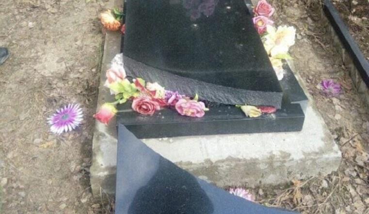 Разбили надгробья. На кладбище под Челябинском устроили погром