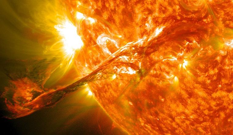 Предвестники сильнейшей магнитной бури. На Солнце появились пятна размером с Землю