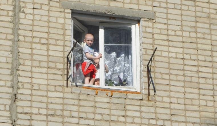 За июнь 4 трагедии. На Урале дети падают из окон, оставшись без присмотра взрослых