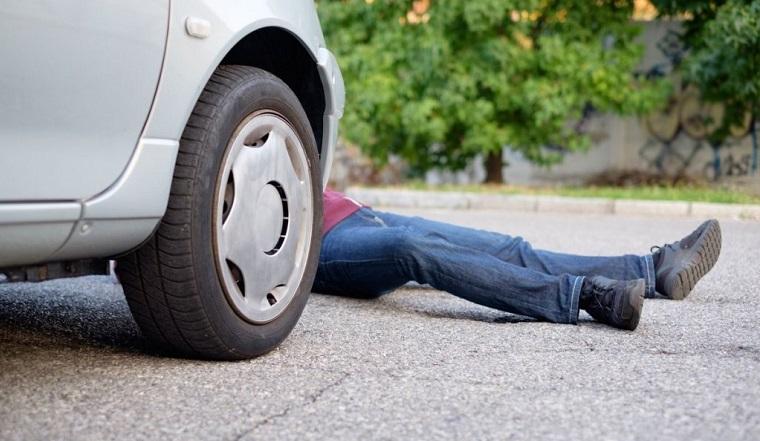 Лишился стопы. Южноуральца придавил автомобиль, поехавший без водителя