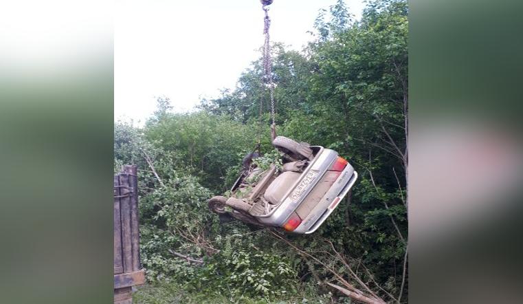«Водителя пришлось вытаскивать». На трассе в Челябинской области «улетел» с дороги автомобиль