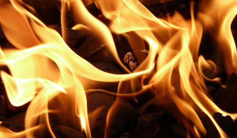 Пламя обрушило крышу. На пожаре в Челябинске погибли 2 человека