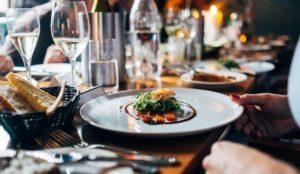 Измерят температуру. Роспотребнадзор изменил правила работы столовых и ресторанов