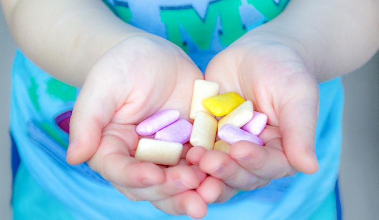 Жевательные сладости: можно ли детям?