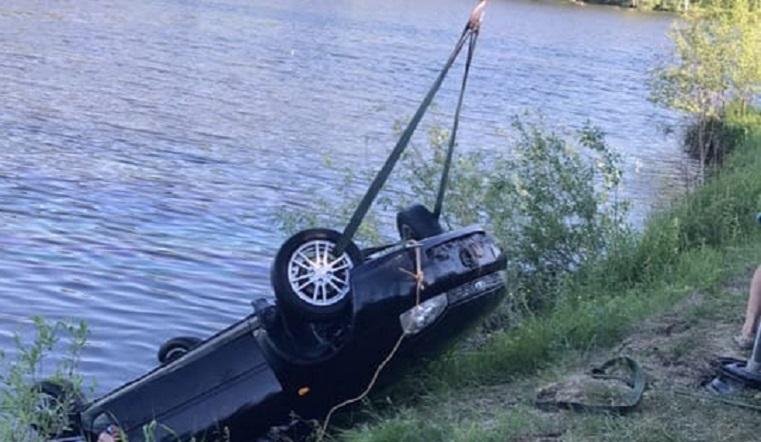 Утонула случайно. Иномарка упала в озеро в Челябинской области. Фото: vk.com