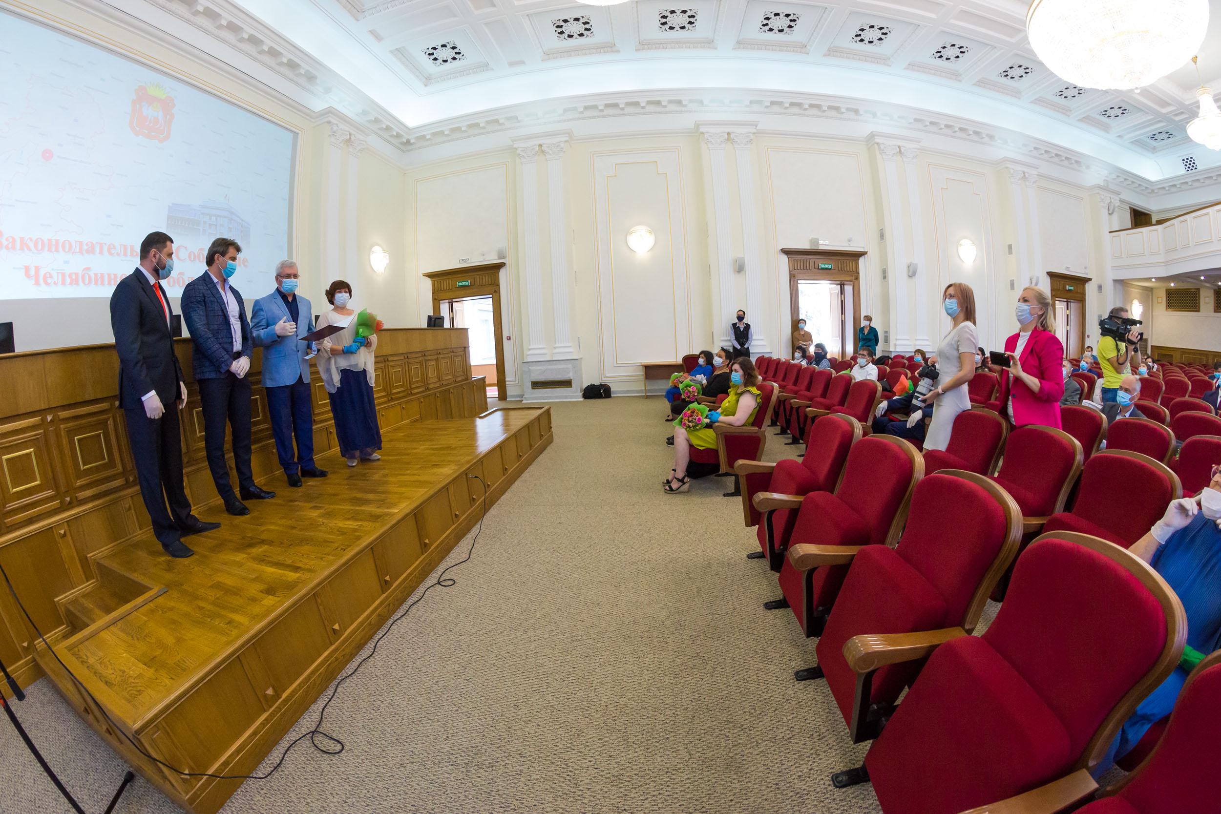 Лучшие из лучших. 37 южноуральцев наградили премиями областного парламента