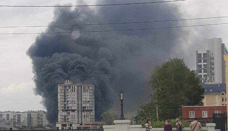 Черное небо. В центре Челябинска вспыхнуло многоэтажное строение