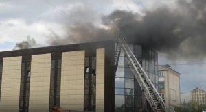 Видно со всех концов города. Под Челябинском загорелся строящийся фитнес-центр ВИДЕО
