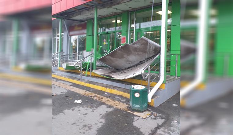 Снесло крышу. Огромный кусок кровли сорвало с магазина в Челябинске