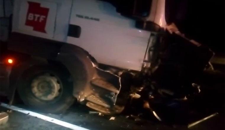 Попал под грузовик. На Урале водитель погиб в смятом фурой авто