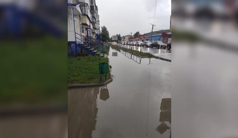 По колено в воде. На Южном Урале проливной дождь затопил дороги и тротуары