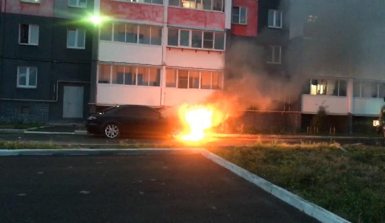 Тушили пеной. В Челябинской области возле жилого дома загорелся автомобиль ВИДЕО