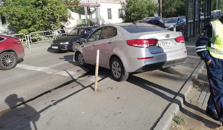 Вылетели на остановку. В ДТП в Челябинске пострадали 3 человека
