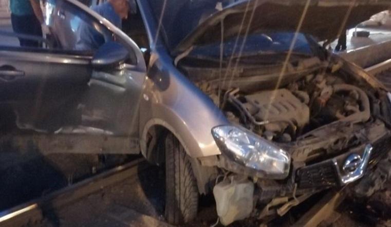 Машина в хлам. Иномарка в Челябинске протаранила забор и вылетела на трамвайные пути ВИДЕО