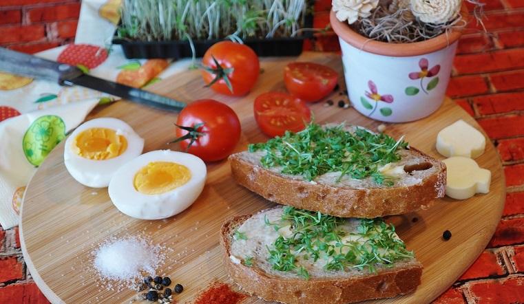 Приметы о еде. Как нельзя резать хлеб и что означает волос в супе