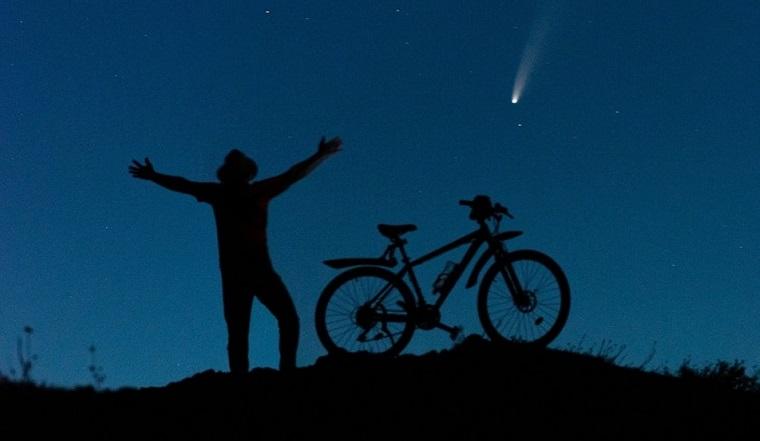 Комета в шляпе. Жители Урала сделали фотографии самой яркой за 7 лет звезды