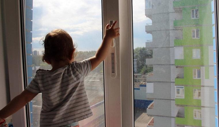 Чудом выжил. В Челябинской области 2-летний ребенок выпал из окна
