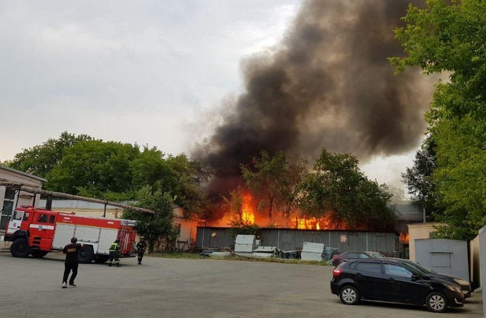 Угроза взрыва. В Челябинске вспыхнул ангар с древесиной