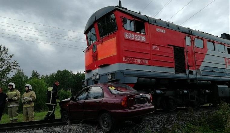 Протащил больше 100 метров. Легковушка выехала под поезд в Челябинской области
