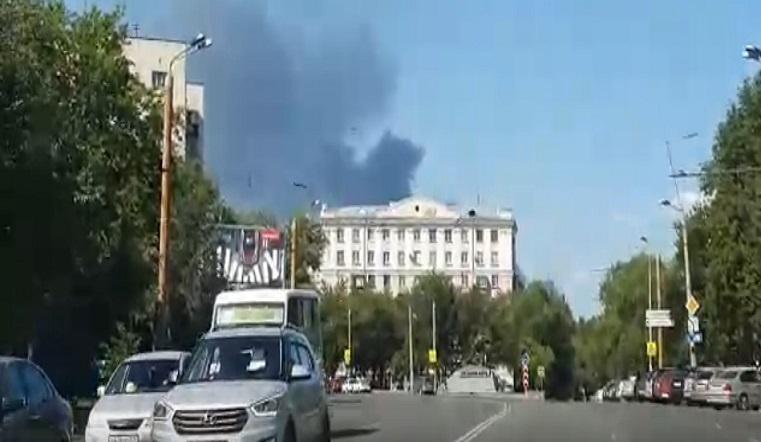 Гигантский черный столб. Жителей Челябинска испугал пожар в промзоне ВИДЕО