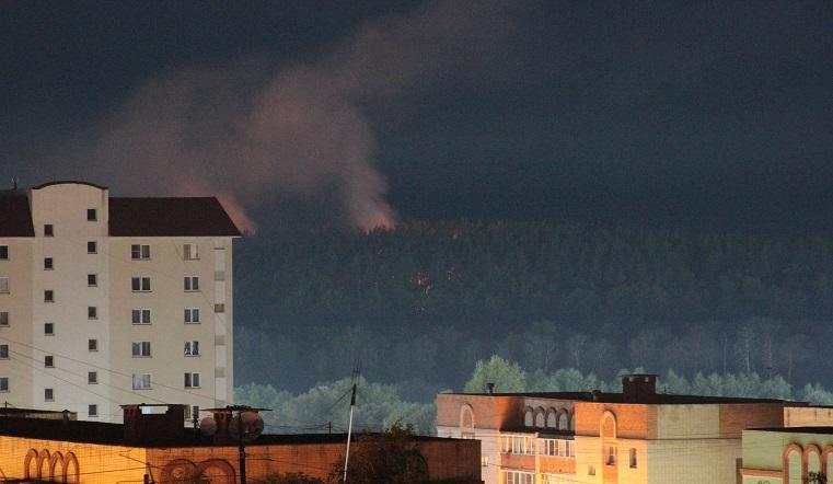 Все в дыму. Пожар заблокировал движение на трассе в Челябинской области ВИДЕО