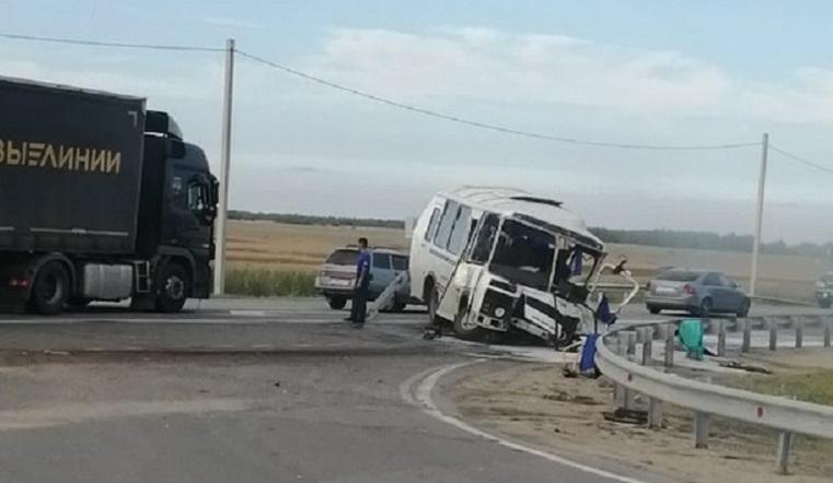 Вытолкнул в кювет. Автобус перевернул автовоз в Челябинской области