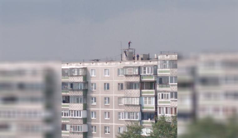На грани. В Челябинске подростки прыгают по козырькам балконов на высоте 10 этажа