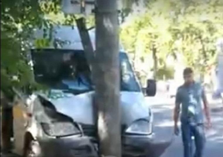 Пострадали пассажиры. Маршрутка врезалась в столб в Челябинске