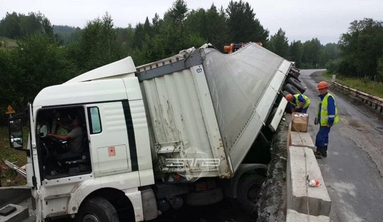 Рухнула на бок. Фура упала с моста в Челябинской области