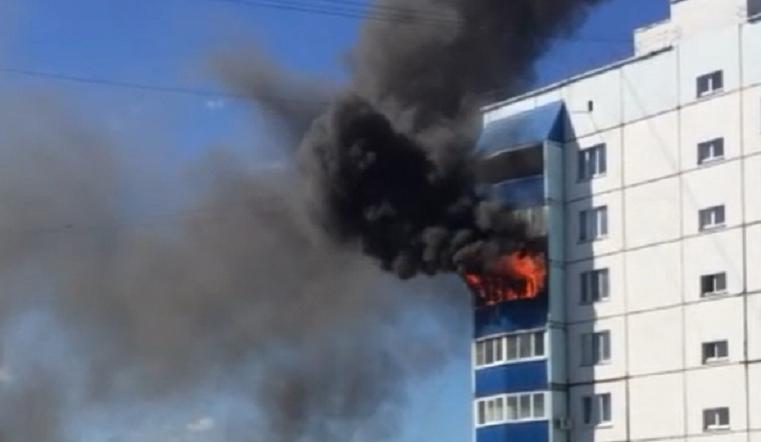 """""""Полыхают уже 3 балкона"""". Мощный пожар в Магнитогорске"""