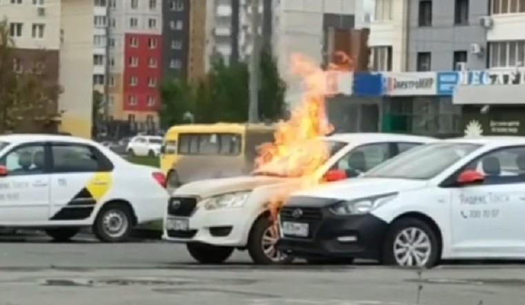 «Горит синим пламенем». В Челябинске вспыхнул автомобиль такси