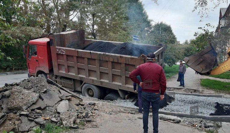Зарылся в щебень. На Урале грузовик провалился в яму, которую приехал ремонтировать