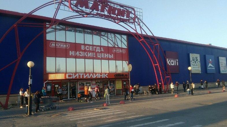 «Говорят, что заложили бомбу». В Челябинске эвакуировали сотрудников торгового центра