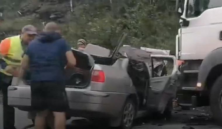 Фура смяла легковушку на трассе в Челябинский области