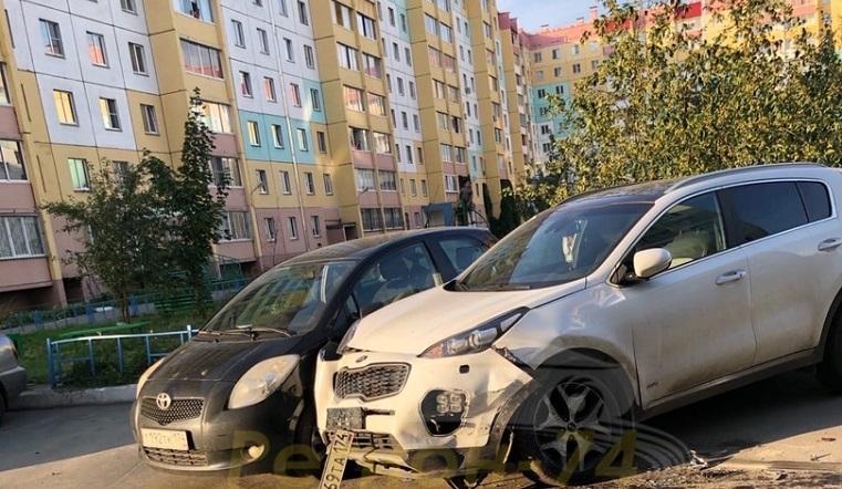Пьяный лихач на иномарке протаранил припаркованные 6 авто в одном из дворов Челябинска