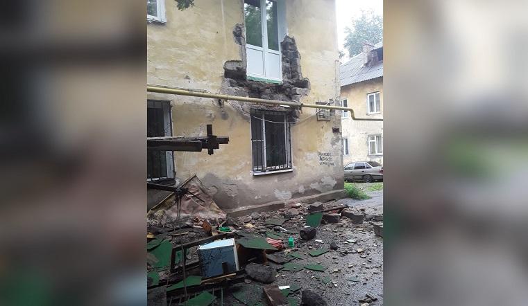 Мусоровоз врезался в балкон. На Урале из-за узкой дороги разваливается дом