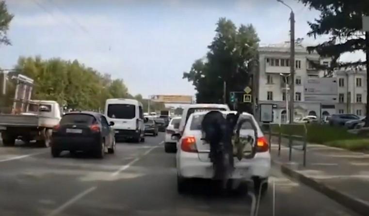 Впечатался в стекло и сбежал. Велосипедист устроил аварию в Челябинске